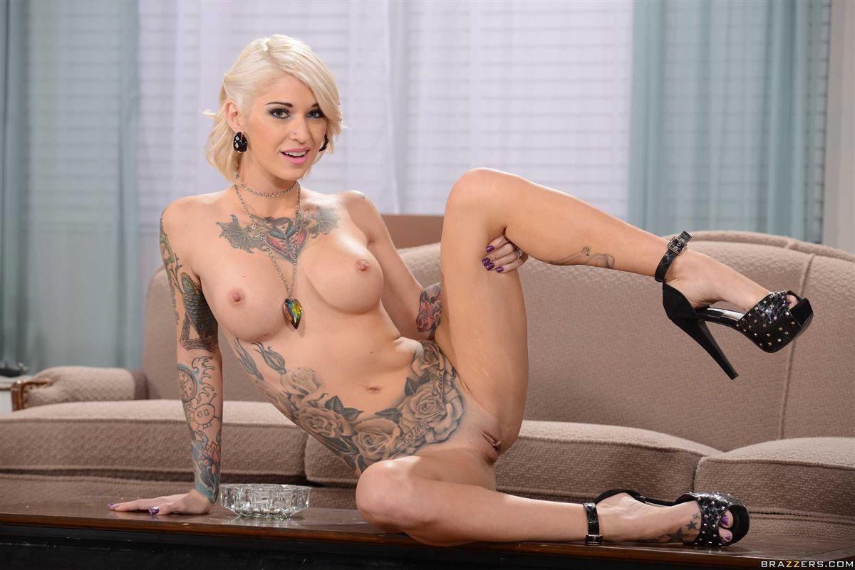 порноактриса блондинка с татуировкой хиппи