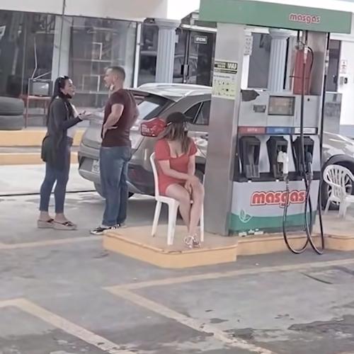 Esposa quase descobre a amante do marido em posto de gasolina